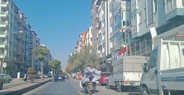 Nakliye kamyonetine çevirdiği elektrikli bisikletle trafiği tehlikeye soktu