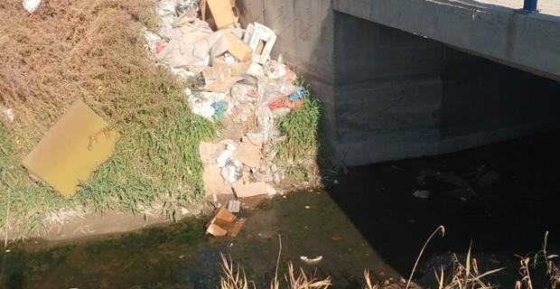 Sulama kanalını çöplüğe çevirdiler