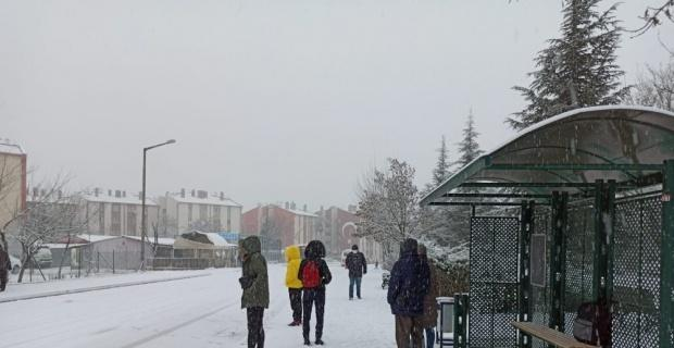 Kar yolda bıraktı