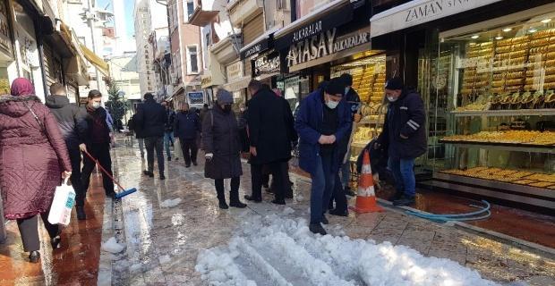 Karlı yollarda vatandaşların zorlu yürüme mücadelesi
