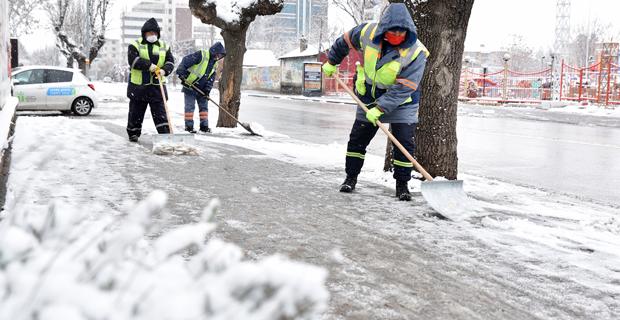 Tepebaşı'nda karlar temizleniyor