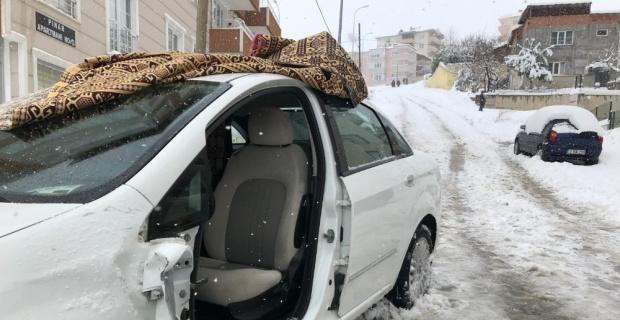 Aracının üzerinde biriken karı temizlerken otomobil çarptı