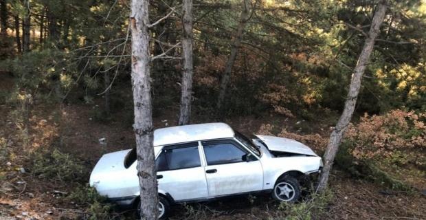 Kontrolden çıkan otomobil ağaçlara çarptı