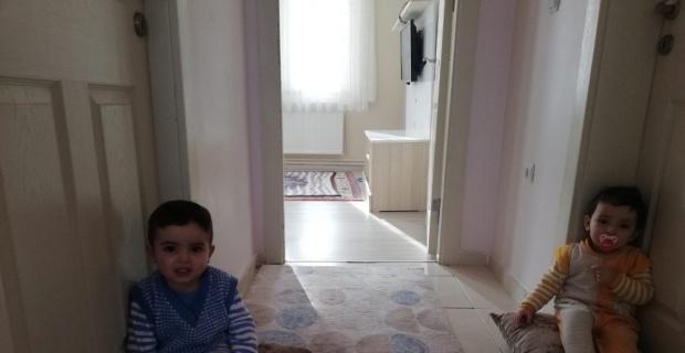 Minik ikizlerin kapı açma numarası şoke etti