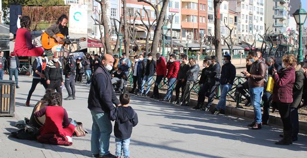 Sokak müzisyeniEskişehirlilere pandemiyi unutturdu