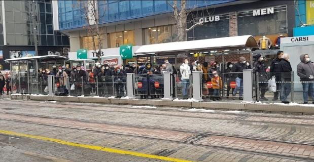 Tramvay durağından sosyal mesafesiz bildik görüntüler