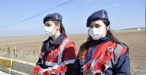 Kadınlara karanfil dağıtıldı