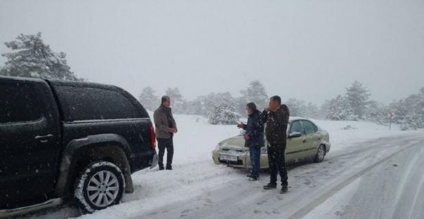 Karda mahsur kalan ailelerin yardımına koştu