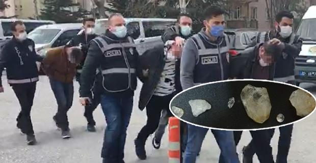 Polis kılığına girip değerli taşları çaldılar