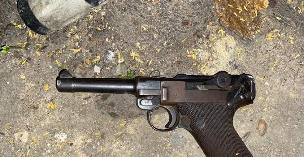 Aranması olan şahıs üzerindeki tabancayı yere atarak kaçmayı denedi