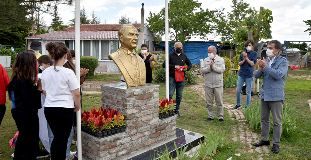 Atatürk'ü milletimizin yüreğinden silemezler