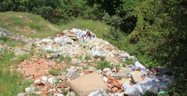 Bilecik'te kaçak dökülen moloz yığınları çevre kirliliğine yol açıyor