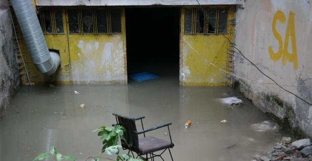 kanalizasyon taştı, bir binanın altı su doldu