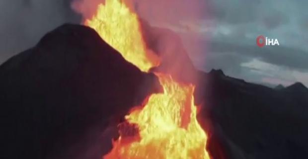 İzlanda'da patlayan yanardağı görüntüleyen İHA lavların içinde kayboldu