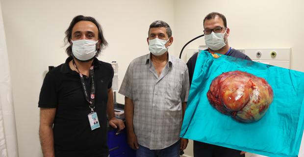 Karnından 6 kiloluk tümör çıkarıldı