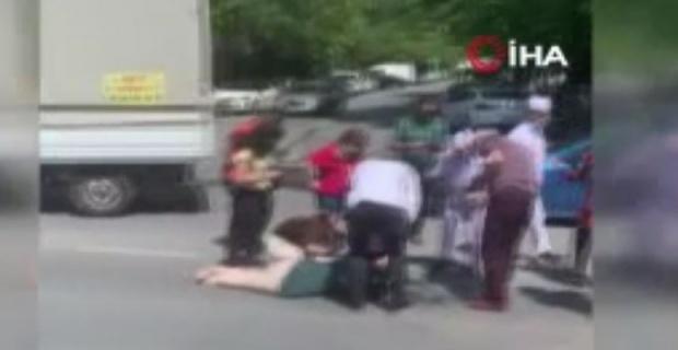 Yolun karşısında geçmek isteyen anne ve kızına araç çarptı