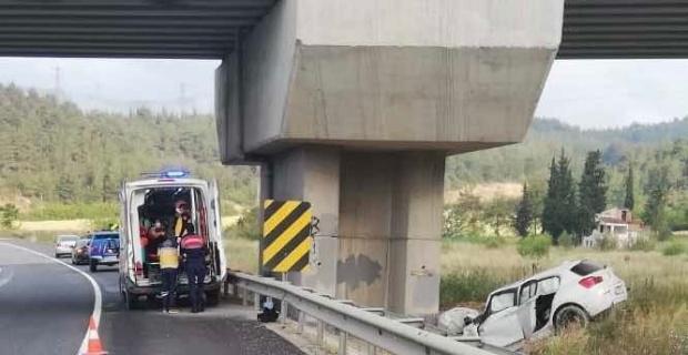 Yüksek Hızlı Tren viyadüğü kolonuna çarpan otomobildeki 2 kişi yaralandı