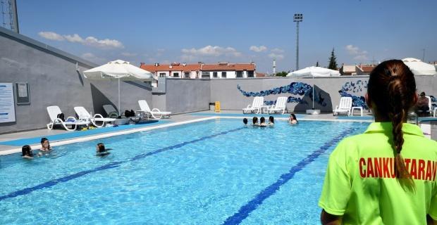Sıcaklarda açık havuz keyfi