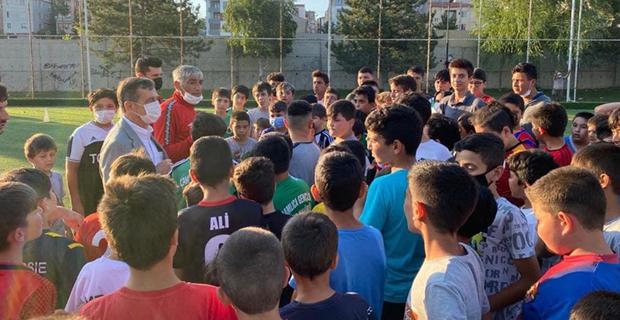 Ataç çocukların futbol heyecanını paylaştı