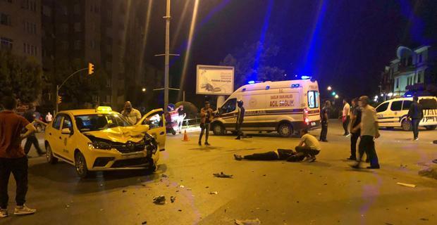 Motosiklet ile taksi çarpıştı: 2 yaralı