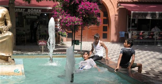 Çocukların tehlikeli süs havuzu keyfi