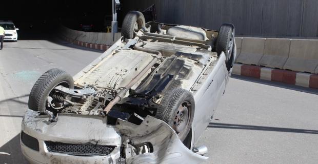 Otomobil alt geçide girdiği esnada takla attı