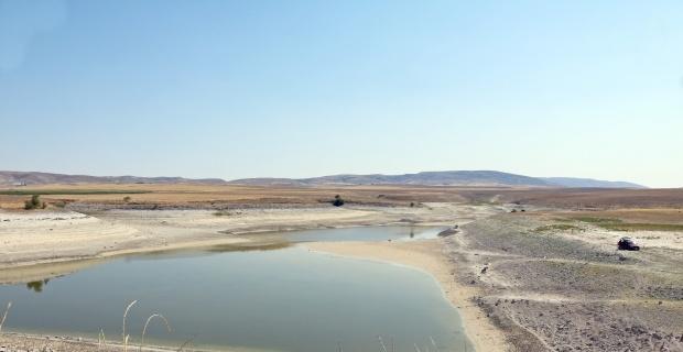 Balıkçılar sulama göletine akın etti
