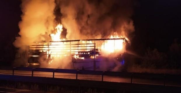 Tekstil ürünleri yüklü tır çıkan yangında tamamen yandı
