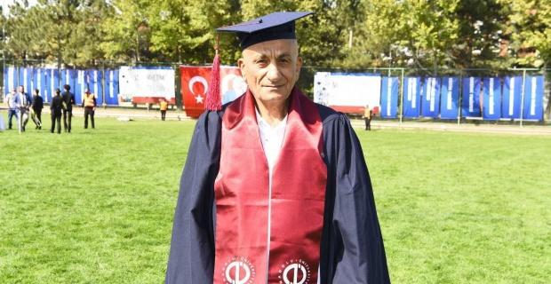 73 yaşında mezuniyet sevinci