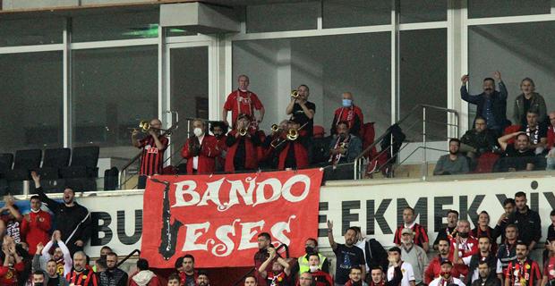 Bando Es Es tribündeki yerini aldı