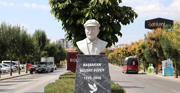 Bulvara Ecevit büstü