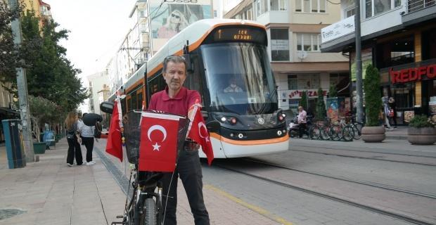 Bisikletini Türk bayraklarıyla süslüyor