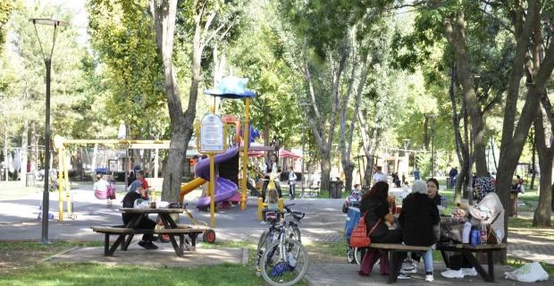 Güneşli havanın tadını parklarda çıkardılar