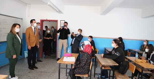 Günay'dan baba ocağında okul ziyareti