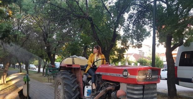 Traktöre binip mahallesini ilaçladı