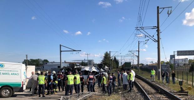 Yük treni işçi servisine çarptı: 4 ölü, 3'ü ağır 8 yaralı