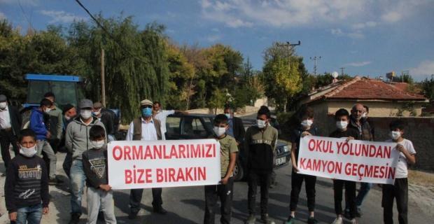 Köylüler ellerinde pankartlarla yolu kapattı