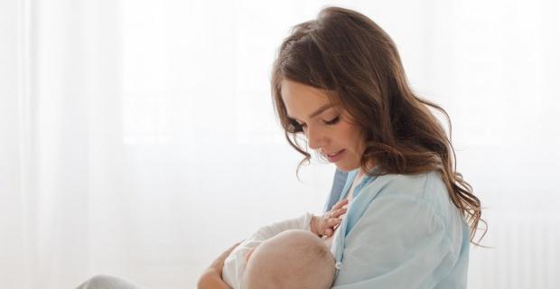 Anne sütü bebeklikte de koruyor yetişkinlikte de