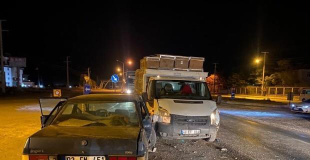 Arı kovanı yüklü kamyonetle otomobil çarpıştı, 2 kişi yaralandı
