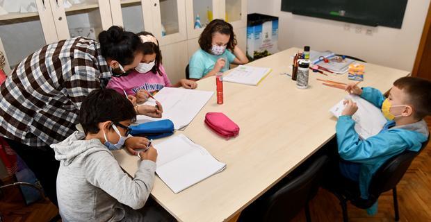 Çocuklar donguri ile matematik öğreniyor