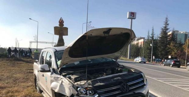 Kamyonet ile ticari araç çarpıştı, sürücüler yaralandı