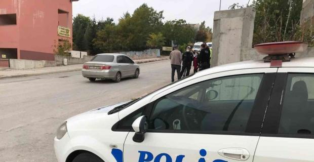 Okul servisinden inip yola fırlayan öğrenciye otomobil çarptı