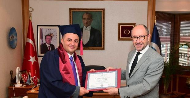 Üç yılda ikinci üniversite diplomasını aldı