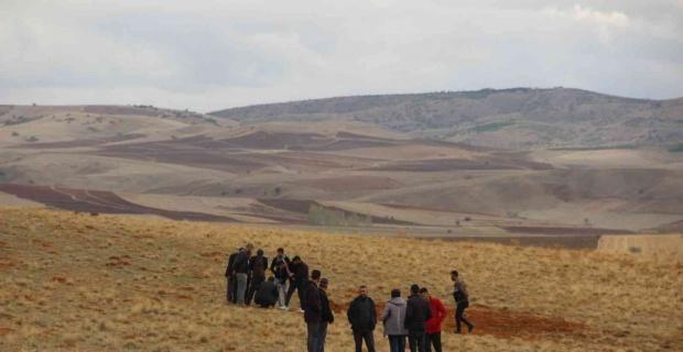 Vahşice öldürülerek toprağa gömülen cesedin kafatasını çoban gördü