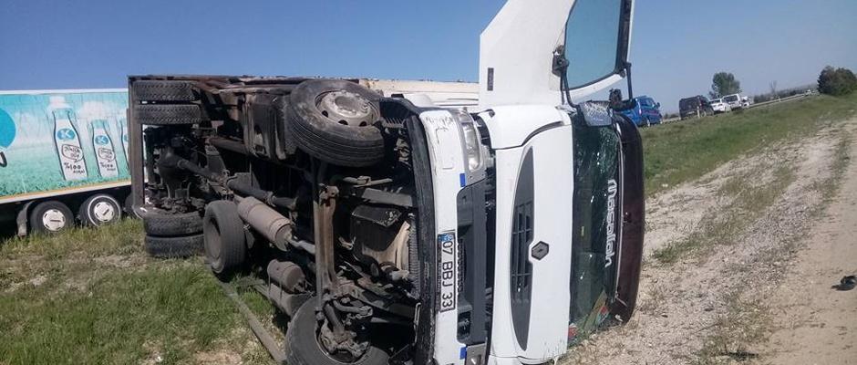 Direksiyon hakimiyetini kaybeden kamyon şarampole devrildi