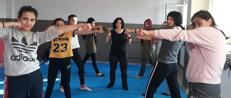 Seyitgazi gençler Wushu ve Kick Boks yapıyor