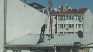 3 katlı binanın tepesinde yürekleri ağza getiren anlar