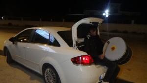 Geleneği sürdürmek için otomobilin bagajında davul çalıyorlar
