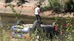 Kaza yapan otomobil sulama kanalına düştü