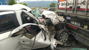 Otomobil tıra ok gibi saplandı: 3'ü çocuk toplam 5 yaralı
